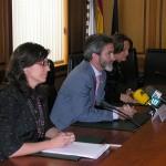 Teresa Táboas y María José Caride en la firma del convenio