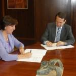 Teresa Pisano y Abel Caballero firmando los acuerdos
